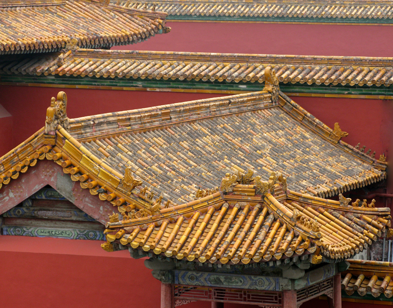 Imperial roofs. Kaleidoscope impression with the yellow of the glazed tiles and the red purple of the walls, symbol of the emperors' stability.