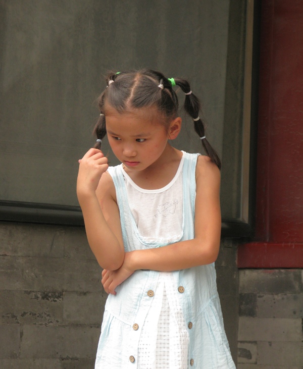 Pensive little girl, between those palaces
