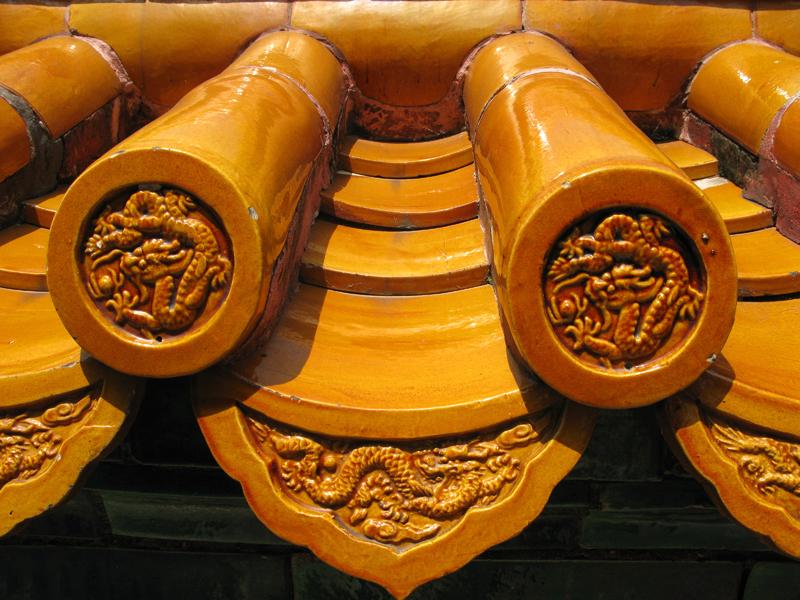 Des dragons décorent jusqu'au moindre détail d'une bordure de toit