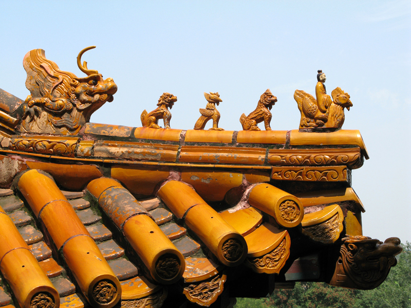 L'angle du toit porte traditionnellement des figurines d'animaux protecteurs
