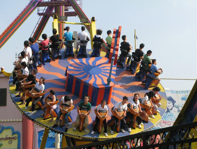 Shenzhen, « Happy Valley » Amusement Park, turning carousel...