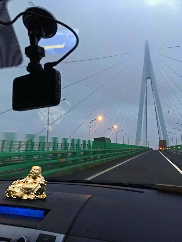 Vue du très long pont sur la route de Ningbo à Shanghai. Au très petit matin.