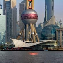 Vue rapprochée du quartier Pudong depuis le Bund, avec la partie inférieure de la tour de télévision « La Perle de l'Orient »