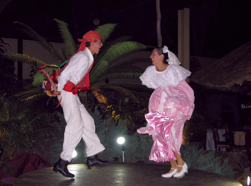 Tlaquepaque area. Restaurant dancers.