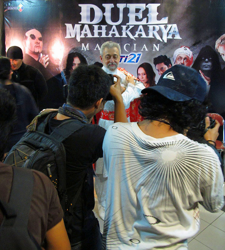 Indonesia, Jakarta, TV show, RCTI channel,« Duel mahakarya », 2010 - Omar Pasha and  photographers in front of the TV show poster